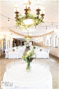 Dekoracja sali weselnej - Proporczyki i oświetlenie żarówkowe