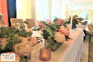 dekoracje kwiatowe na stole prezydialnym