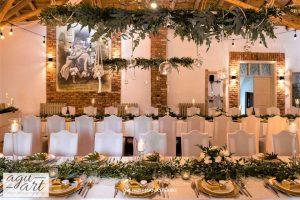 Dekoracja ślubna w Zaścianku -Stoły gości i podwieszane dekoracje roślinne