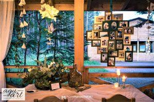 księga gości i tablica ze zdjęciami Pary Młodej