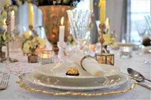 Dekoracja sali weselnej w Restauracji nad Jeziorem Jeleń - Nakrycie dla Pary Młodej